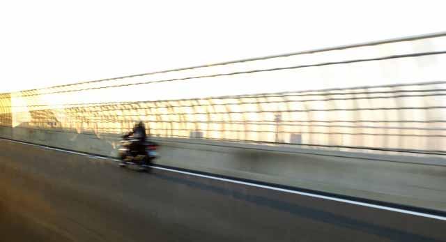 高速道路をバイクで走行する